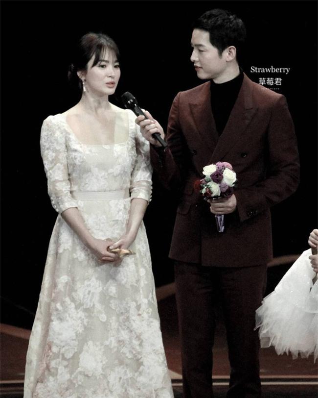 Cả thế giới ra đây mà xem, hoá ra Song Joong Ki vẫn luôn phân biệt đối xử Song Hye Kyo với các diễn viên nữ khác - Ảnh 17.