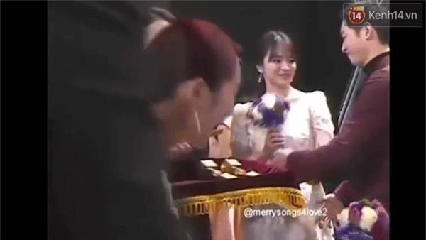 Cả thế giới ra đây mà xem, hoá ra Song Joong Ki vẫn luôn phân biệt đối xử Song Hye Kyo với các diễn viên nữ khác - Ảnh 18.
