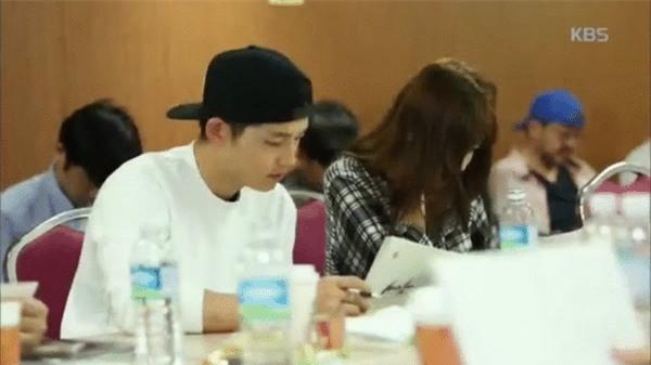 Cả thế giới ra đây mà xem, hoá ra Song Joong Ki vẫn luôn phân biệt đối xử Song Hye Kyo với các diễn viên nữ khác - Ảnh 25.