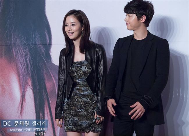 Cả thế giới ra đây mà xem, hoá ra Song Joong Ki vẫn luôn phân biệt đối xử Song Hye Kyo với các diễn viên nữ khác - Ảnh 26.