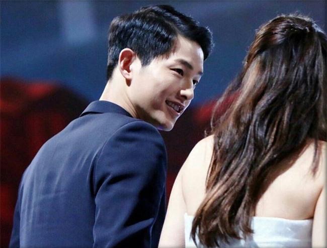 Cả thế giới ra đây mà xem, hoá ra Song Joong Ki vẫn luôn phân biệt đối xử Song Hye Kyo với các diễn viên nữ khác - Ảnh 28.