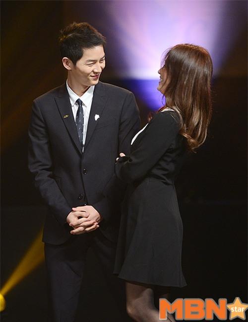 Cả thế giới ra đây mà xem, hoá ra Song Joong Ki vẫn luôn phân biệt đối xử Song Hye Kyo với các diễn viên nữ khác - Ảnh 30.