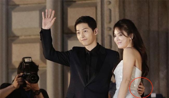 Cả thế giới ra đây mà xem, hoá ra Song Joong Ki vẫn luôn phân biệt đối xử Song Hye Kyo với các diễn viên nữ khác - Ảnh 8.