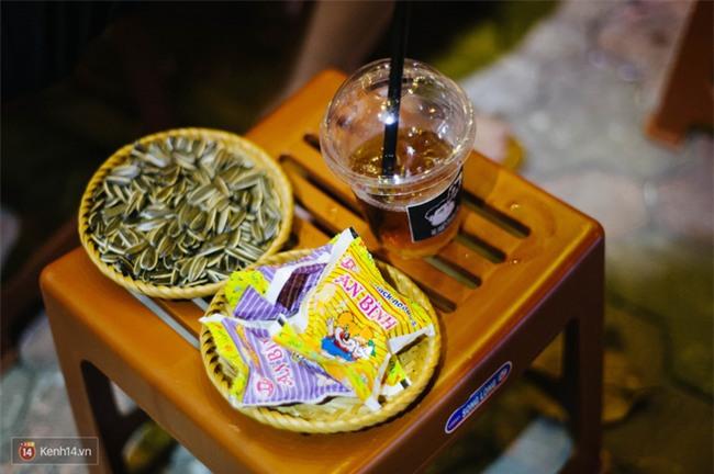 Giữa Hà Nội, có một quán cafe đang gây sốt vì tấm biển hiệu Ở đây không có wifi, hãy nói chuyện với nhau như năm 1992! - Ảnh 16.