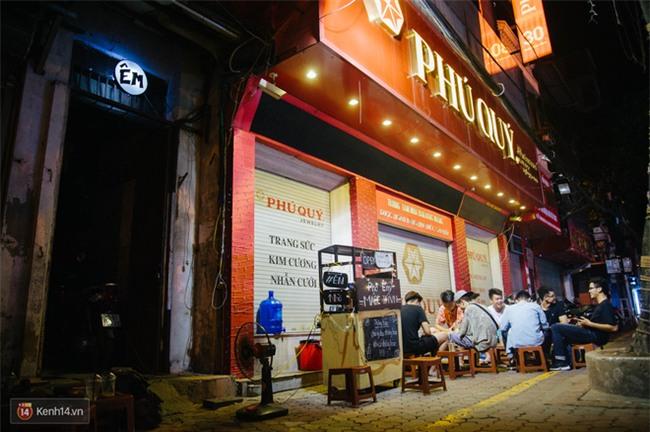 Giữa Hà Nội, có một quán cafe đang gây sốt vì tấm biển hiệu Ở đây không có wifi, hãy nói chuyện với nhau như năm 1992! - Ảnh 2.