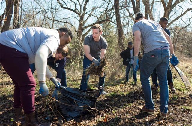 Zuckerberg đã khởi động chuyến đi vòng quanh nước Mỹ của mình từ hồi tháng 1 tại thành phố Dallas, bang Texas, Mỹ. Mục đích chính là để đối chứng trong một vụ kiện đối với công ty thực tế ảo Oculus mà Facebook đã mua lại. Tuy nhiên, trong thời gian đó, Zuckerberg đã cùng các học sinh ở xa trung tâm trồng cây trong vườn.