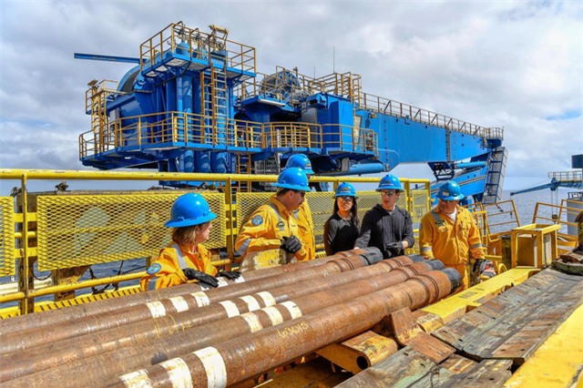 CEO Facebook cũng mắt chứng kiến hoạt động của một tàu khoan dầu ở Vịnh Mexico.
