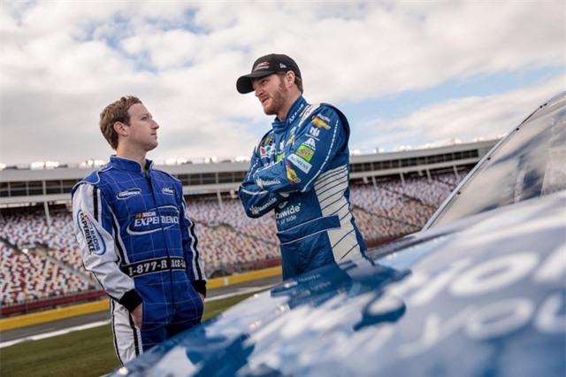 Zuckerberg cùng trải nghiệm cảm giác của môn thể thao tốc độ với vận động viên đua xe hơi Dale Earnhardt Jr.