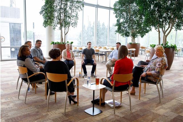 CEO trẻ tuổi lắng nghe chia sẻ của những người lâm vào nghiện ngập ở một trung tâm cai nghiện ở Dayton, Ohio.