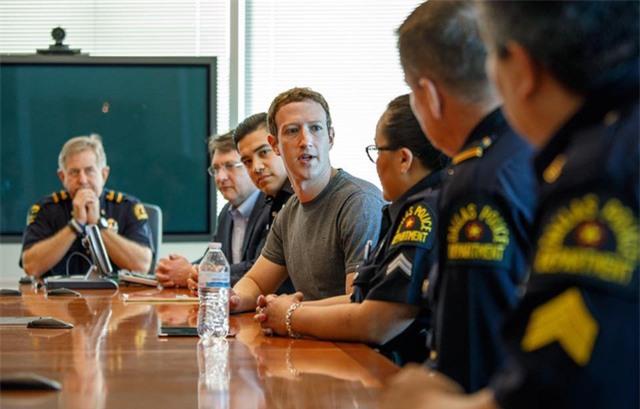 """Trong khi ở Dallas, CEO Facebook cũng đã gặp gỡ với một vài nhân viên cảnh sát địa phương. """"Họ là những người làm công việc rất quan trọng, và thực sự rất ý nghĩa với tôi khi có thể nói lời cảm ơn trực tiếp đến họ"""", Zuckerberg viết trên Facebook."""
