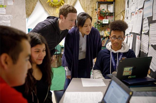 Zuckerberg và vợ Chan cũng ghé thăm một trường trung học ở Providence, Rhode Island để tìm hiểu về lĩnh vực học cá nhân hoá. Cặp đôi tỷ phú này ủng hộ phương pháp học này bằng các chương trình tài trợ cho các trường học trên cả nước Mỹ.