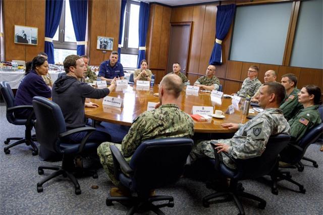 """Cặp đôi cũng gặp gỡ với các quan chức quân đội trong trường Naval War ở Rhode Island. """"Tôi thực sự ấn tượng với quân đội nước ta mỗi khi tôi được tiếp xúc với họ"""", Zuckerberg viết sau chuyến thăm. """"Có rất nhiều điều có thể học tập từ họ, như khả năng tổ chức tốt trong mỗi tình huống khó khăn""""."""