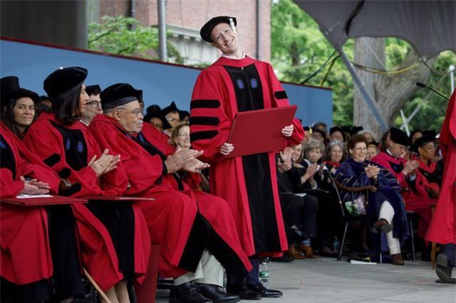Hồi tháng 5, Zuckerberg đã phát biểu tại trường đại học Havard, ngôi trường mà CEO này đã từng bỏ dở để theo đuổi giấc mơ phát triển mạng xã hội Facebook từ khi còn ngồi trên giảng đường.