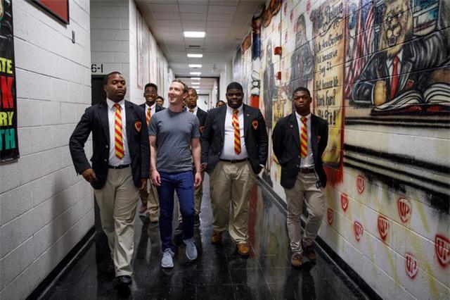 Đến tháng 6, Zuckerberg gặp gỡ các sinh viên tốt nghiệp trường Urban Prep Academy ở Chicago.