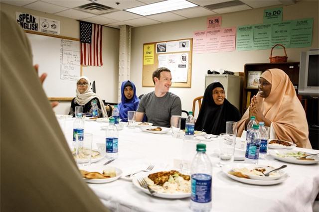Zuckerberg thực sự quan tâm đến vấn đề nhập cư, và ông đã gặp gỡ với các người di cư Somali ở bang Minneapolis.