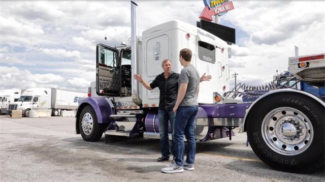 Zuckerberg gặp gỡ với những người lái xe tải tại một trong những điểm đỗ xe tải lớn nhất thế giới ở Walcott, bang Iowa.