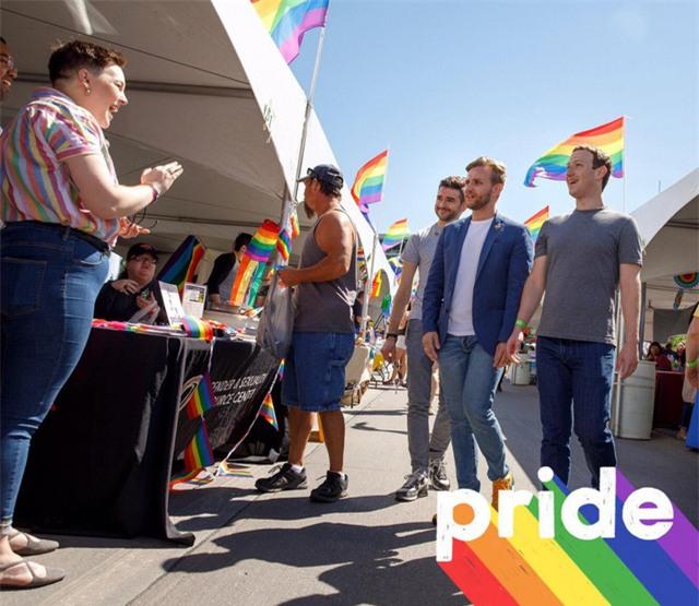 CEO Facebook cũng tham gia buổi diễu hành Pride của những người ủng hộ giới tính thứ 3 ở Omaha, bang Nebraska.