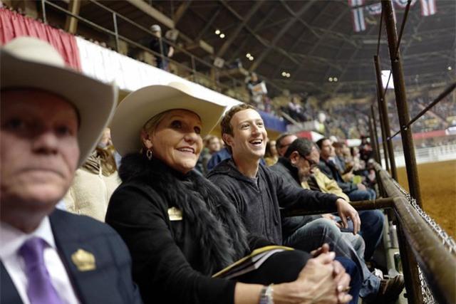 Zuckerberg cũng lần đầu tiên đi xem đua ngựa tại vùng Fort Worth cùng với Thị trưởng của thành phố.
