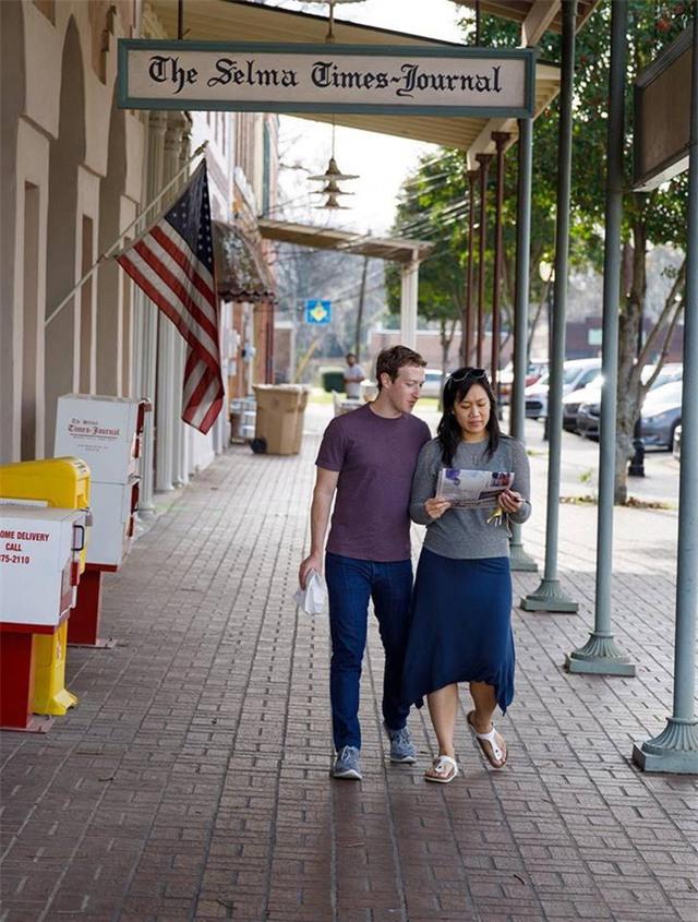 """Trong khi ở vùng Selma, Alabama, Zuckerberg và vợ Priscilla Chan đã tham quan toà soạn báo Selma Times. """"Đây là một cơ hội tốt để nói lời cảm ơn tới các phóng viên trên khắp thế giới đã làm việc không mệt mỏi, và đôi khi đánh đổi cả mạng sống để phơi bày sự thực"""", CEO Facebook viết."""