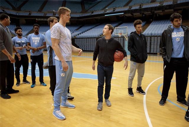 Zuckerberg cũng thăm đội bóng rổ Duke và đối thủ đến từ trường đại học North Carolina.