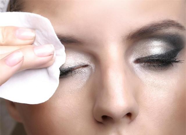 Tẩy trang đúng cách cho mắt có thể giúp ngăn ngừa viêm bờ mi và các tình trạng bệnh gây sưng mi mắt.