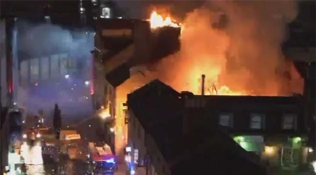 Cháy lớn tại khu chợ nổi tiếng ở London - Ảnh 1.