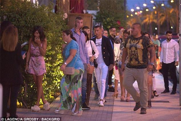 Georgina diện đồ chật, đi giày cao gót khi ăn tối cùng Ronaldo - Ảnh 4.