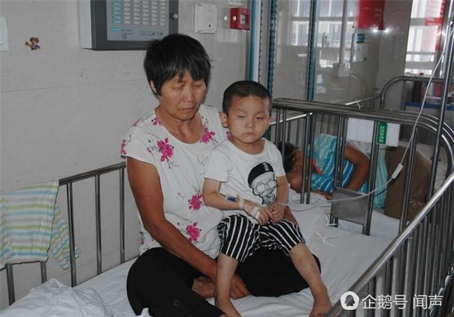Bị bỏ rơi vì ung thư máu, bé 4 tuổi vẽ tranh mẹ cho đỡ nhớ: Nếu con khỏi bệnh, mẹ có về không? - Ảnh 1.