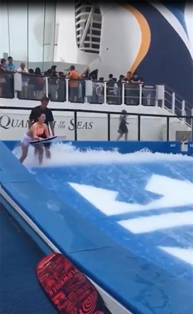 Du thuyền ác nhất thế giới: 2 cô gái chơi bể sóng nhân tạo bị đánh tụt quần - Ảnh 1.