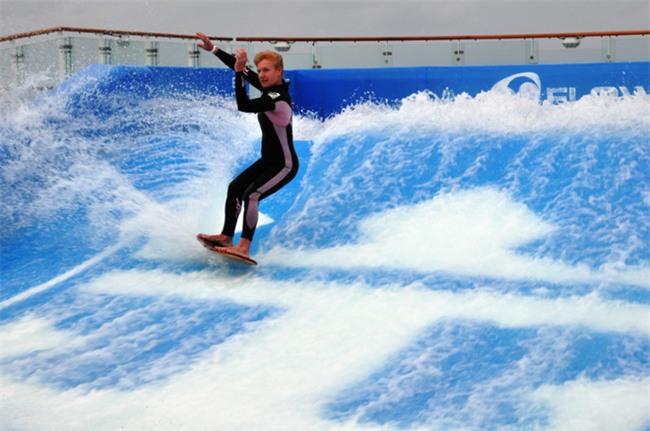 Du thuyền ác nhất thế giới: 2 cô gái chơi bể sóng nhân tạo bị đánh tụt quần - Ảnh 5.