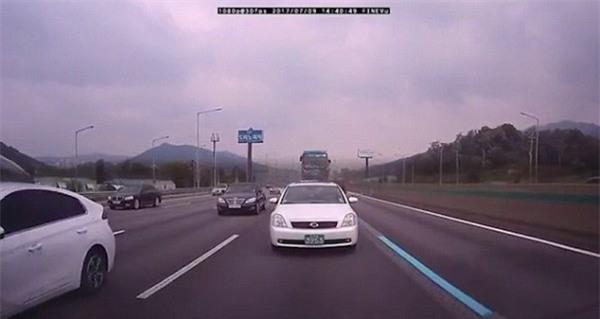 Hàn Quốc: Tài xế ngủ gật gây tai nạn liên hoàn, 18 người thương vong - Ảnh 2.