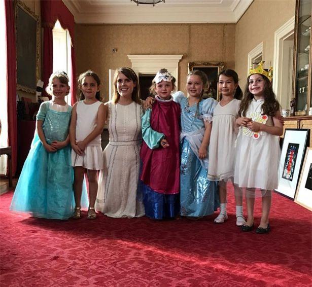 Tranh cãi quanh việc bé Harper được ưu ái đón tuổi mới tại Cung điện Buckingham - Ảnh 2.