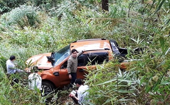 Xe bán tải lao xuống vực, 3 người may mắn thoát chết