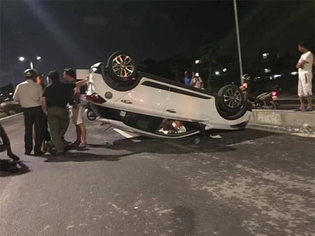 Hà Nội: Đập cửa cứu cả gia đình khỏi ô tô nằm phơi bụng trên đường sau khi đâm dải phân cách - Ảnh 1.
