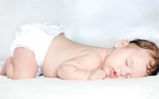 Những sai lầm có thể dẫn đến cái chết của trẻ sơ sinh trong phòng ngủ bố mẹ cần biết - Ảnh 2.