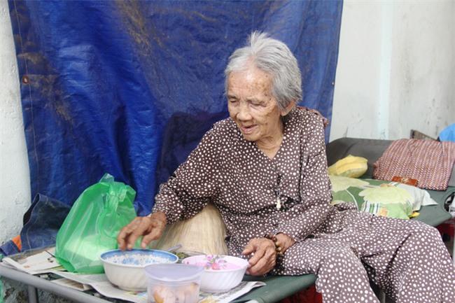 Chuyện đời bà cụ đi ở đợ 60 năm, có chồng con nhưng tuổi già đơn độc, sống nhờ người dưng trong hẻm nhỏ - Ảnh 3.