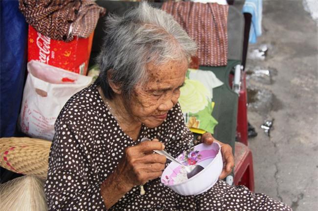 Chuyện đời bà cụ đi ở đợ 60 năm, có chồng con nhưng tuổi già đơn độc, sống nhờ người dưng trong hẻm nhỏ - Ảnh 5.