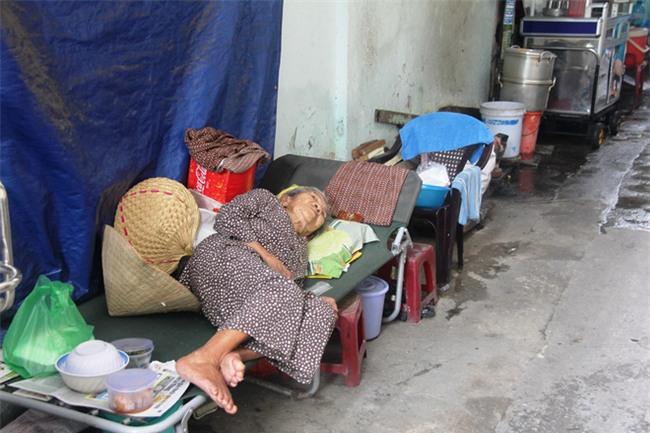 Chuyện đời bà cụ đi ở đợ 60 năm, có chồng con nhưng tuổi già đơn độc, sống nhờ người dưng trong hẻm nhỏ - Ảnh 6.