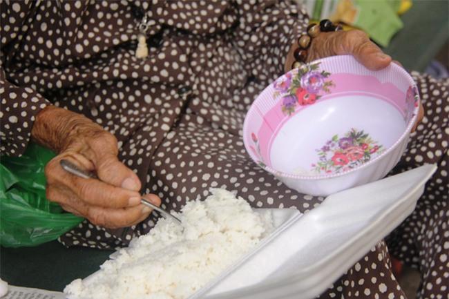 Chuyện đời bà cụ đi ở đợ 60 năm, có chồng con nhưng tuổi già đơn độc, sống nhờ người dưng trong hẻm nhỏ - Ảnh 8.