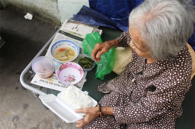 Chuyện đời bà cụ đi ở đợ 60 năm, có chồng con nhưng tuổi già đơn độc, sống nhờ người dưng trong hẻm nhỏ - Ảnh 9.
