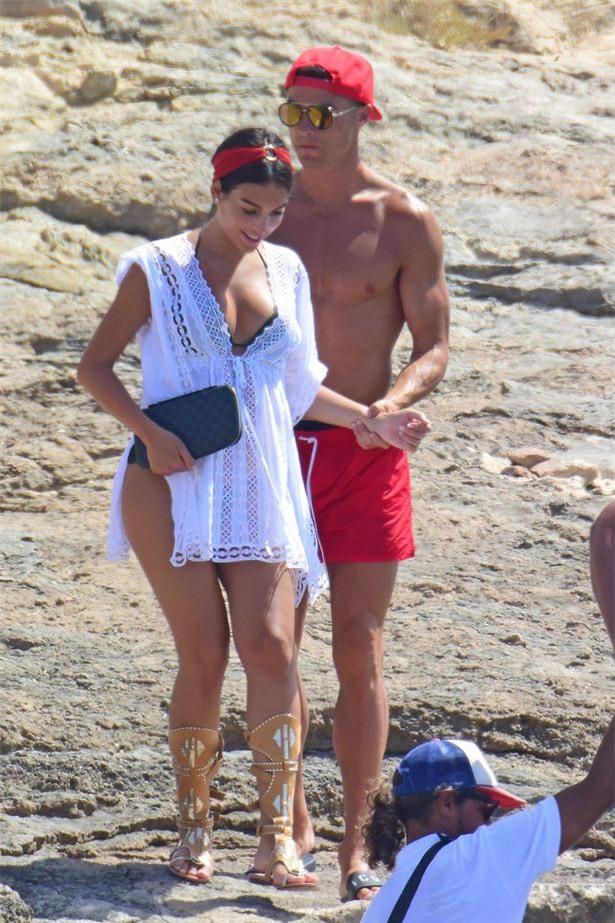 Bồ Ronaldo mặc áo rộng che bụng bầu khi bị soi quá đà - Ảnh 1.