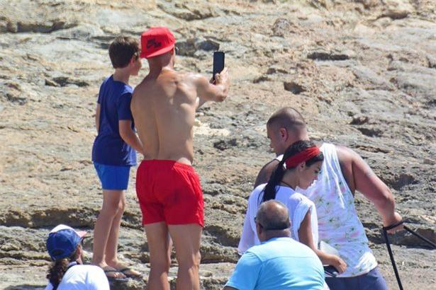 Bồ Ronaldo mặc áo rộng che bụng bầu khi bị soi quá đà - Ảnh 4.