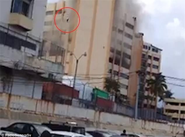 Người đàn ông được nhìn thấy nhảy từ tòa nhà đang cháy. (Ảnh: Dailymail)
