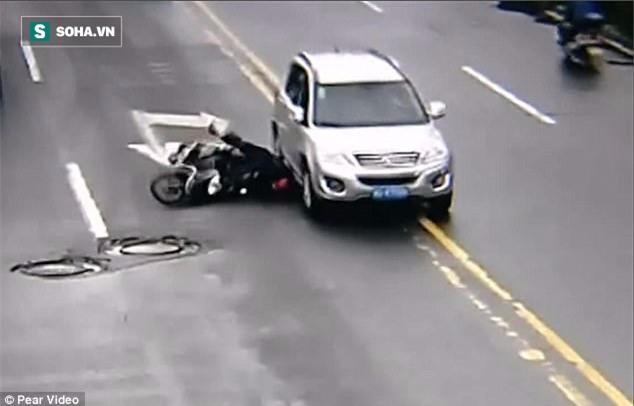 Clip: Người đàn ông thoát chết ngoạn mục trong tai nạn nhờ chiếc mũ bảo hiểm - Ảnh 2.