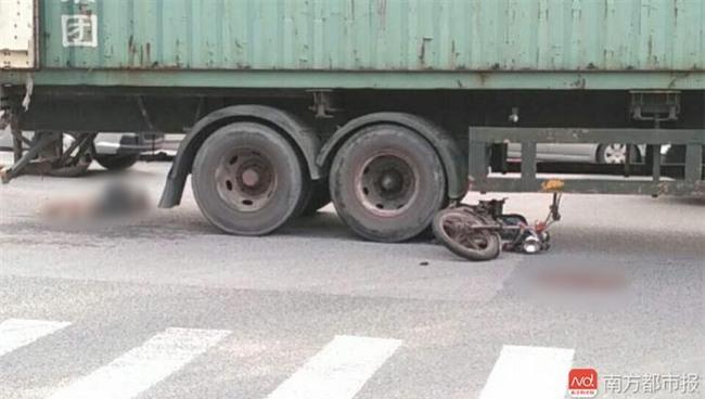 Đột ngột quay đầu, container kéo lê rồi đè nghiến lên chiếc xe máy bên cạnh khiến 1 người chết - Ảnh 10.
