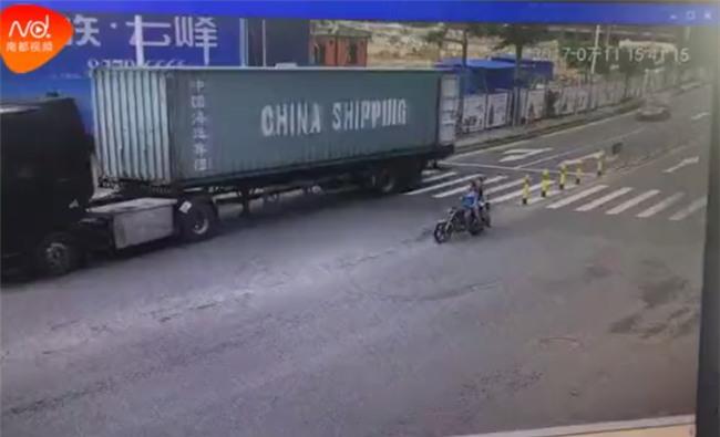 Đột ngột quay đầu, container kéo lê rồi đè nghiến lên chiếc xe máy bên cạnh khiến 1 người chết - Ảnh 3.