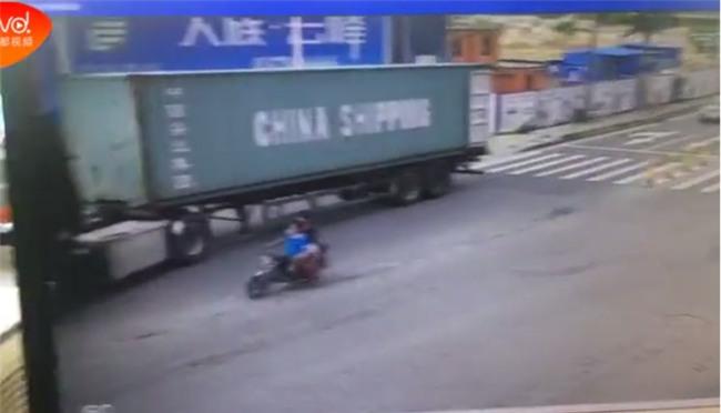 Đột ngột quay đầu, container kéo lê rồi đè nghiến lên chiếc xe máy bên cạnh khiến 1 người chết - Ảnh 4.