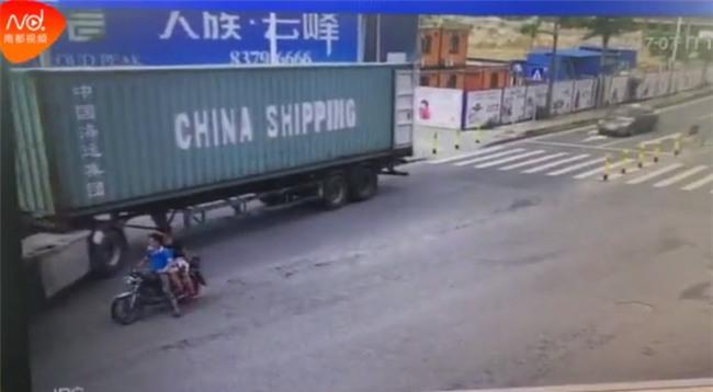 Đột ngột quay đầu, container kéo lê rồi đè nghiến lên chiếc xe máy bên cạnh khiến 1 người chết - Ảnh 5.