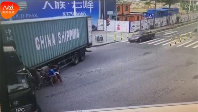 Đột ngột quay đầu, container kéo lê rồi đè nghiến lên chiếc xe máy bên cạnh khiến 1 người chết - Ảnh 6.