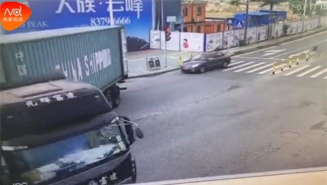 Đột ngột quay đầu, container kéo lê rồi đè nghiến lên chiếc xe máy bên cạnh khiến 1 người chết - Ảnh 7.